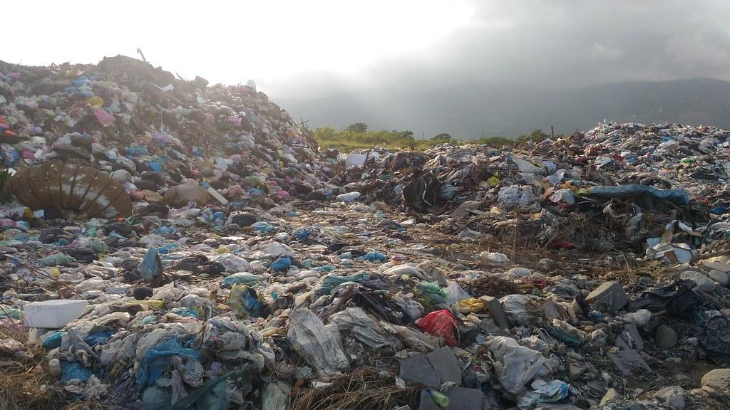 台東市郊建農里垃圾掩埋場已爆滿成垃圾山