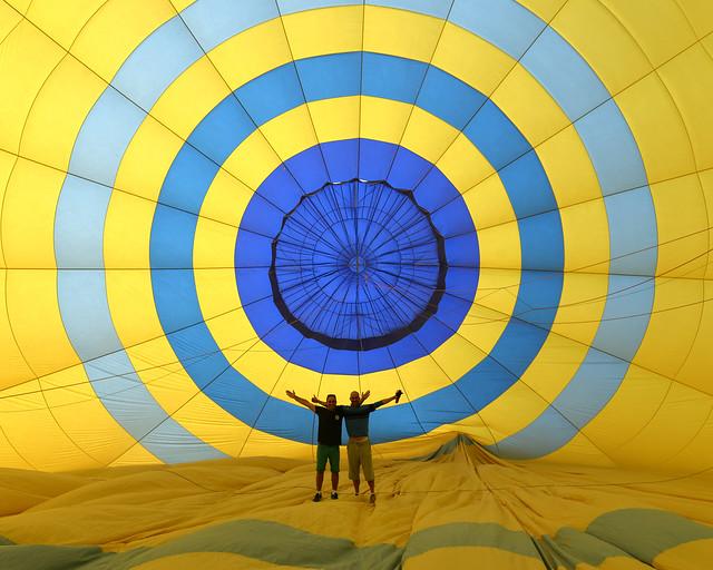 Fotografía en el interior del globo amarillo y azul que nos llevo por Jordania