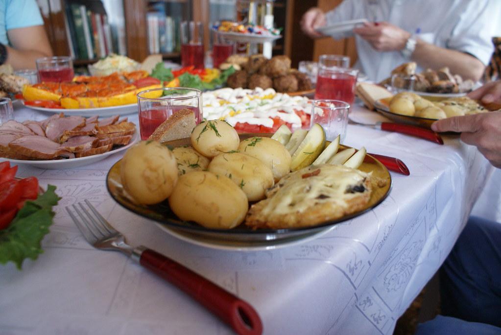 La tradition d'accueil est sacrée. Un buffet avec viandes, salades, légumes crus ou cuits, charcuteries, oeufs durs... Le kompot et la wodka.