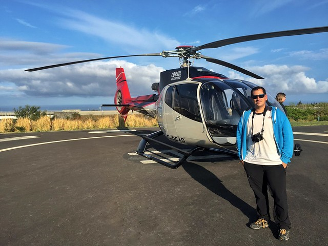 Sele junto al helicóptero con el que sobrevoló Isla Reunión
