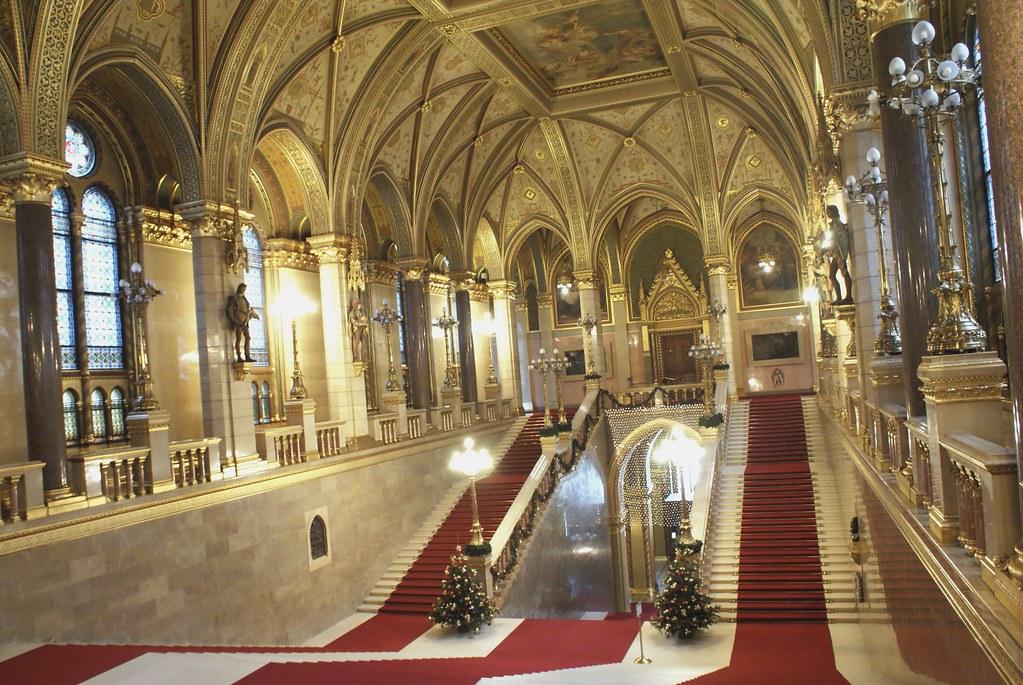 Escaliers monumentaux du Parlement Hongrois à Budapest.
