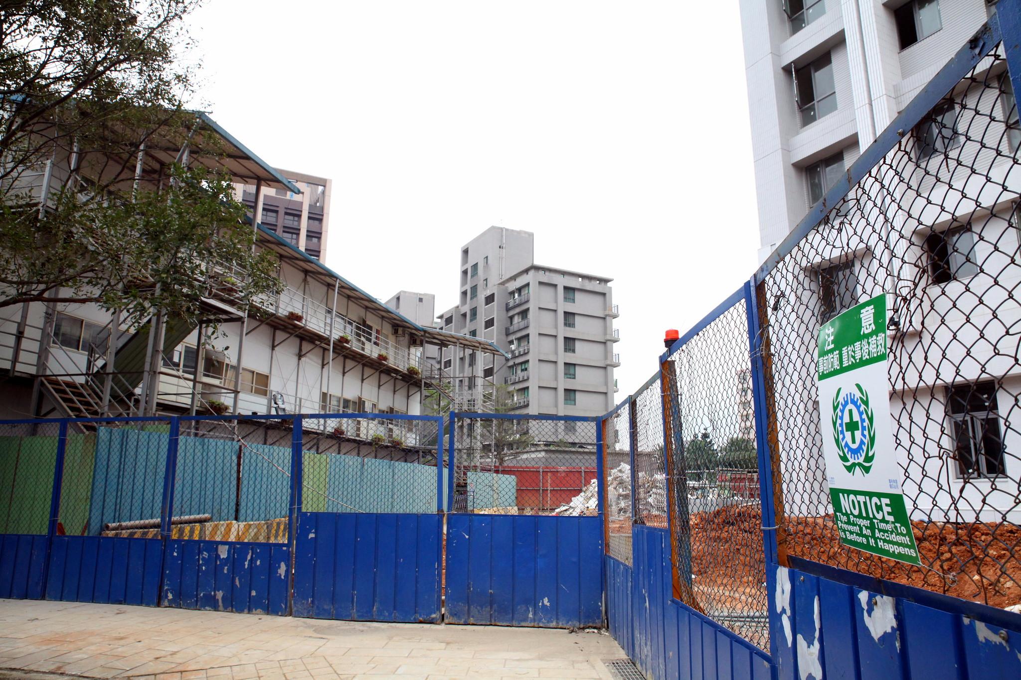 左手邊小屋是移工的宿舍,右手邊是選手村的大樓,也是移工工作的工地。(攝影:陳逸婷)