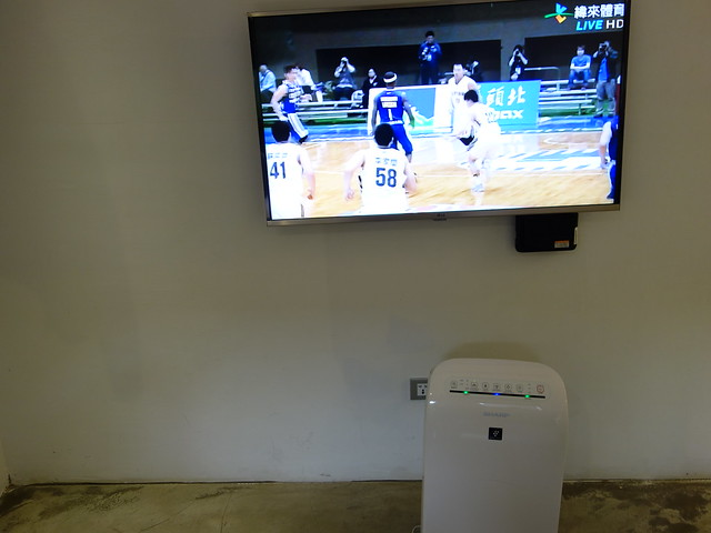 電視與 Sharp 的空氣清淨機@台中鵲絲旅店