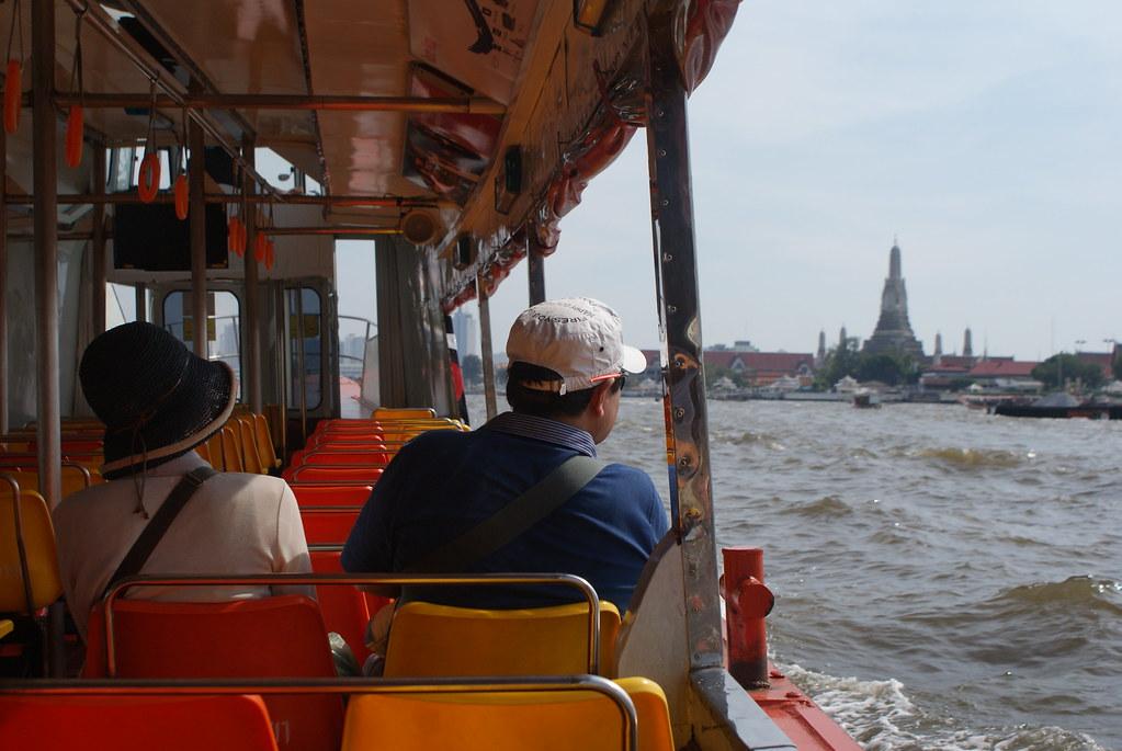 Temple de Wat Arun à Bangkok depuis un bateau navette sur le fleuve.