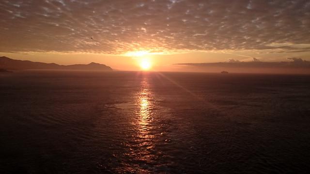 船上デッキで仰いだ地中海の日の出