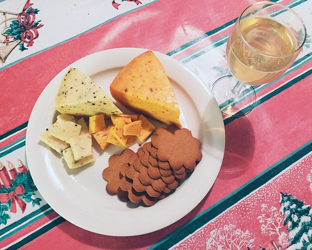 JuustolautanenJouluViini, joulu, christmas, christmas eve, jouluaatto, ilta, evening, herkut, treats, juustolautanen, cheese plate, chili juusto, välimeren juusto, chili cheese, white wine, valkoviini, joulupiparit, gingerbread cookies,