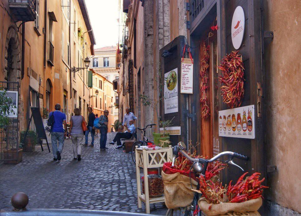 Pieni kuja Piazza Matteilta loppukesästä