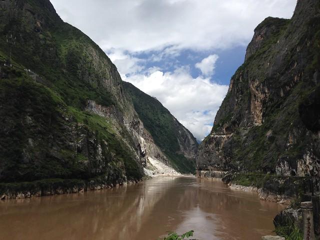 金沙江流入峽谷的地形。攝影:詹嘉紋。