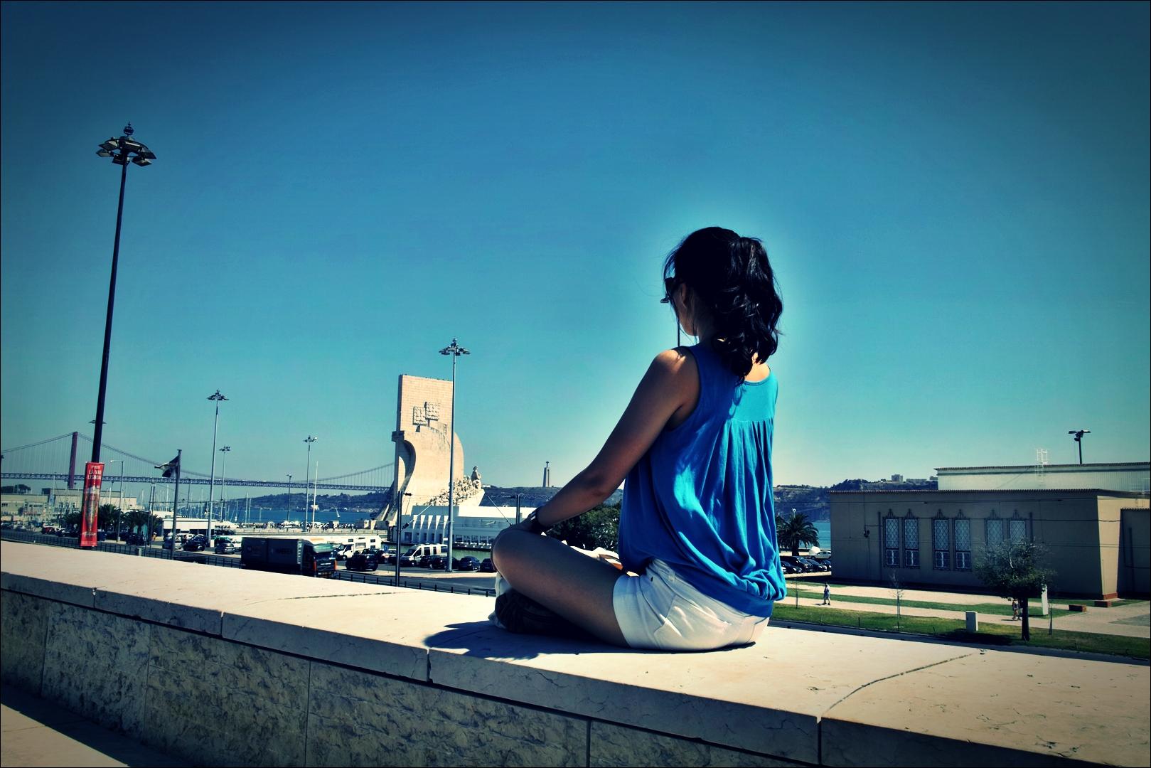 파란 하늘. 파란 옷. 그리고 발견기념탑-'베라르도 현대미술관 Berardo Museum of Modern and Contemporary Art'