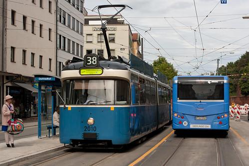 P-Wagen 2010 begegnet dem SEV-Bus der Linie 35 mit Hänger 5902 am Ostfriedhof