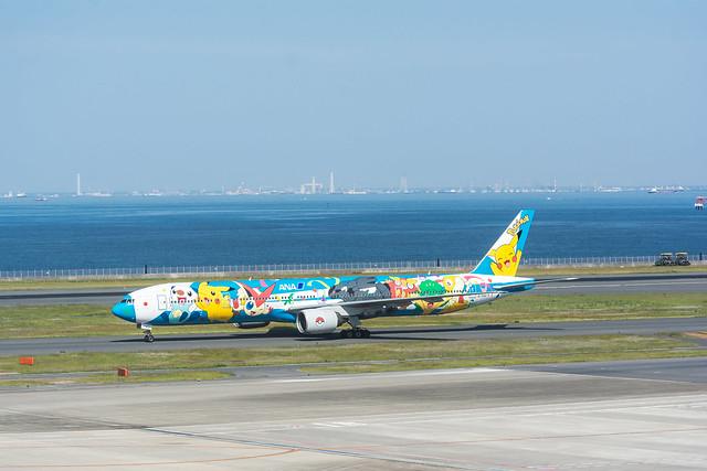 羽田空港の展望デッキから撮影したポケモンジェットの写真