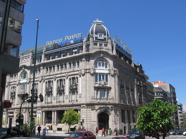 Edificio del banco pastor en el cruce de los 4 bancos 24 for Oficinas banco pastor vigo
