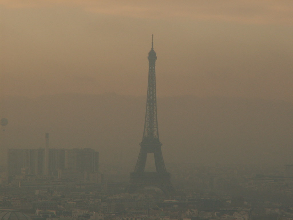 La tour Eiffel | The Eiffel Tower hiding in smog. The ...