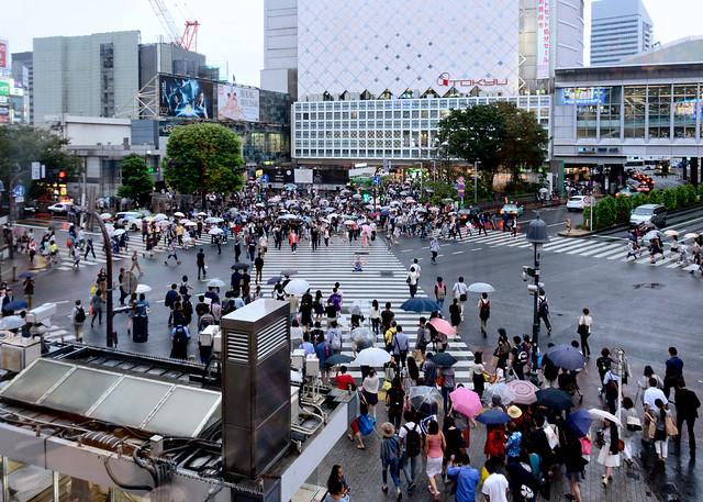 Haciendo meditación en los pasos de cebra del cruce de Shibuya