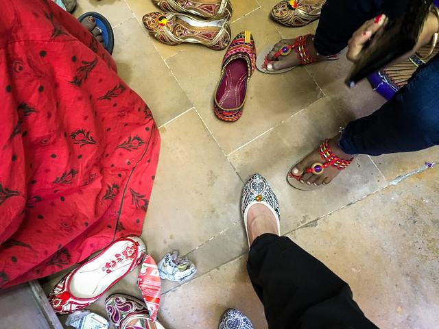Trying on nice Indian style shoes, Jaisalmer, India ジャイサルメール バザールの靴屋でパンプスを物色中
