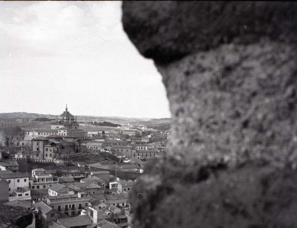 Restos de la Escuela Normal de la Vega y al fondo el Hospital de Tavera desde la Puerta del Sol.  Fotografía de 1964. Archivo Municipal de Toledo