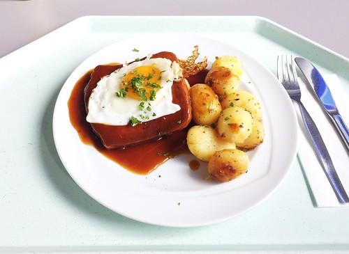 Bavarian meat loaf with roast potatoes & fried egg / Abgebräunter Leberkäse mit Röstkartoffeln & Spiegelei