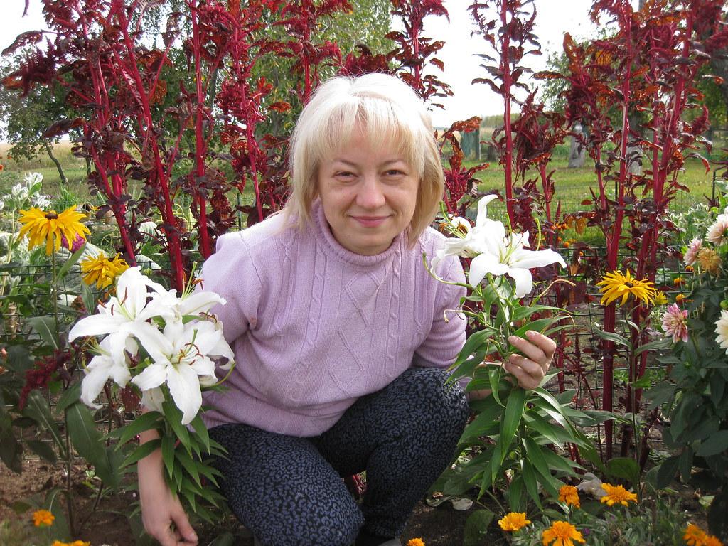 Курова(Маркина) Елена в своих садовых цветах