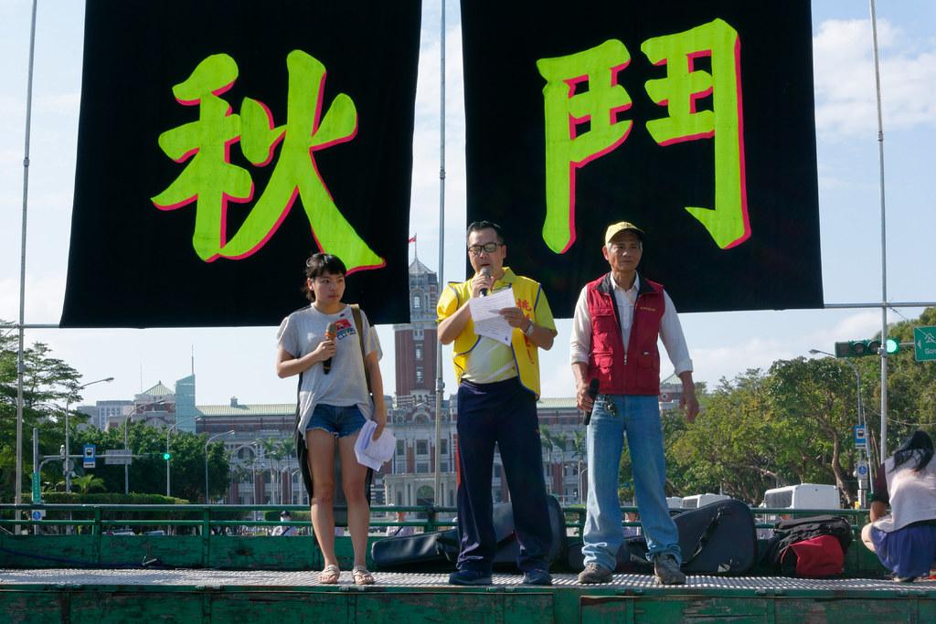 活動一開始,由桃園市產業總工會理事長莊福凱代表宣讀《2015工鬥宣言》。(攝影:林佳禾)