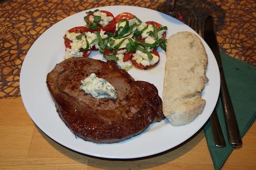 Nebraska Dry Aged Entrecôte als Steak mit Salbeibutter, Mozzarella-Tomaten und frisch gebackenem Weißbrot(mein Teller)