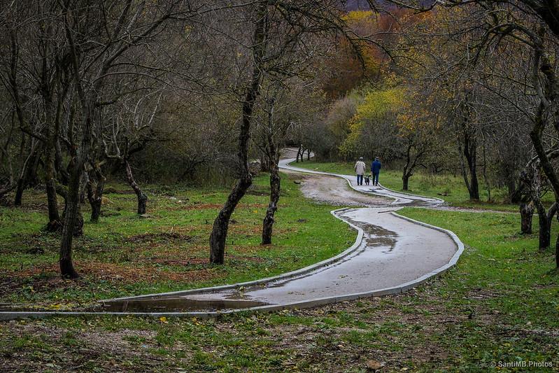 Gente paseando cerca de la ermita de Santa Fe de Montseny