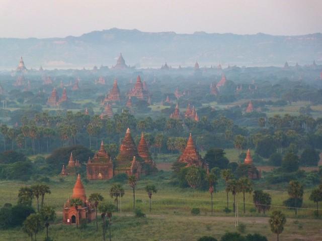 Templos de Bagan en globo (Myanmar)