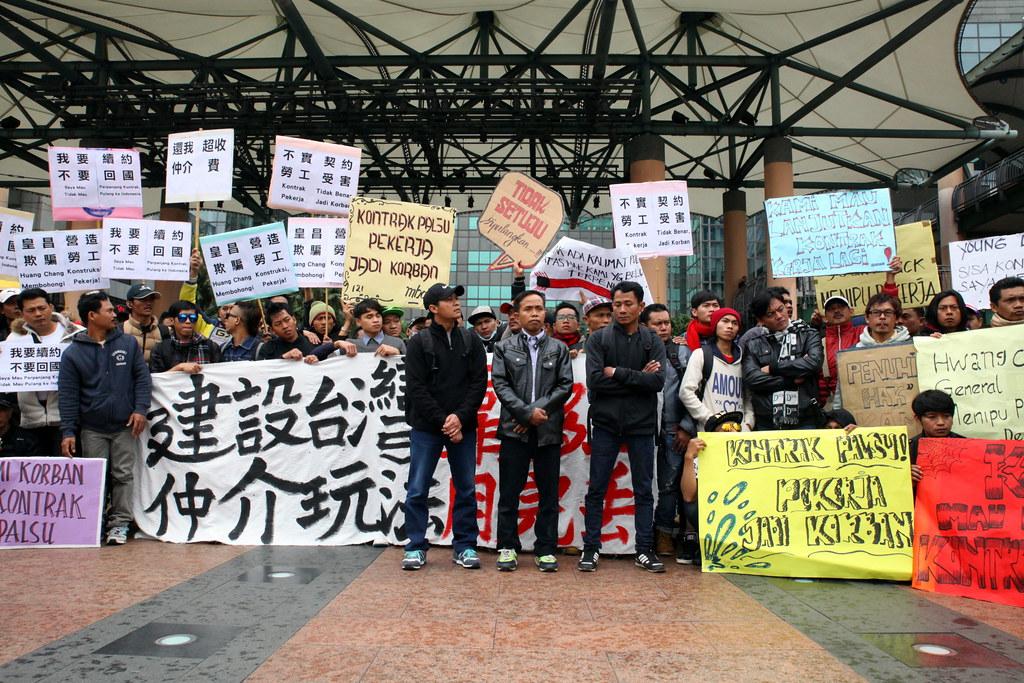 116位移工幾乎佔據市府廣場前方一大片空地,訴求爭取工作的權益。(攝影:陳逸婷)