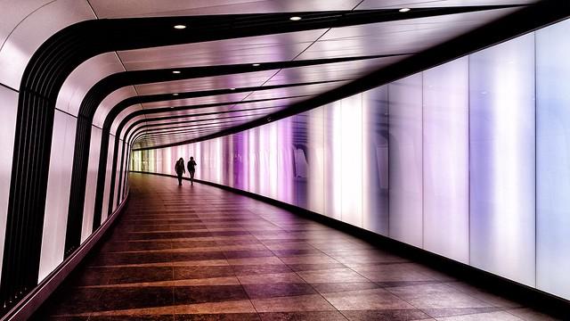 Imagen futurista de un pasillo iluminado