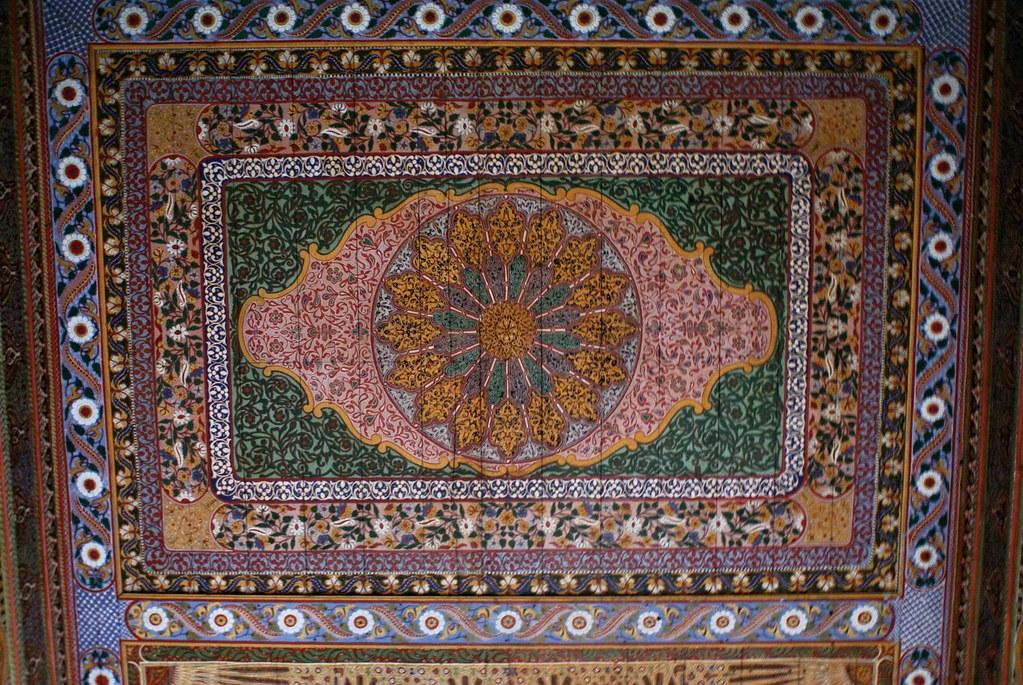 > Charpente en bois richement décorée du Palais Bahia à Marrakech au Maroc.