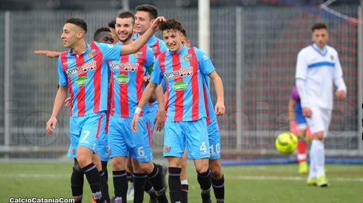 Davide Di Stefano (a dx) congratulato dai compagni Costantino (da sx), Manneh, Longo, Bonaccorsi