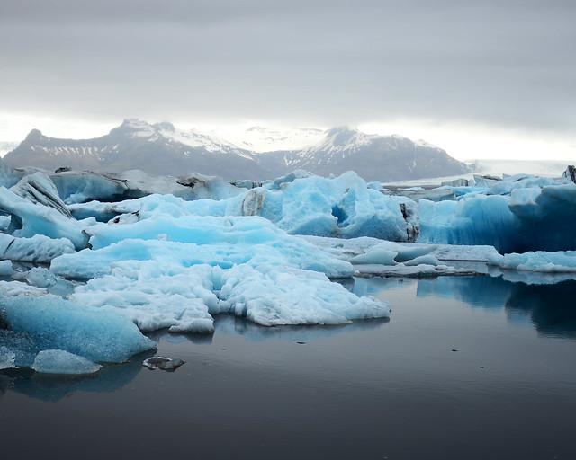 Paisajes helados de Islandia, con hielo e icebergs en la famosa Laguna de Jökulsárlón