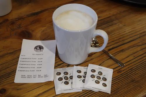 Cappuccino in der Kaffebar Balsac Coffee im Göttinger Bahnhof