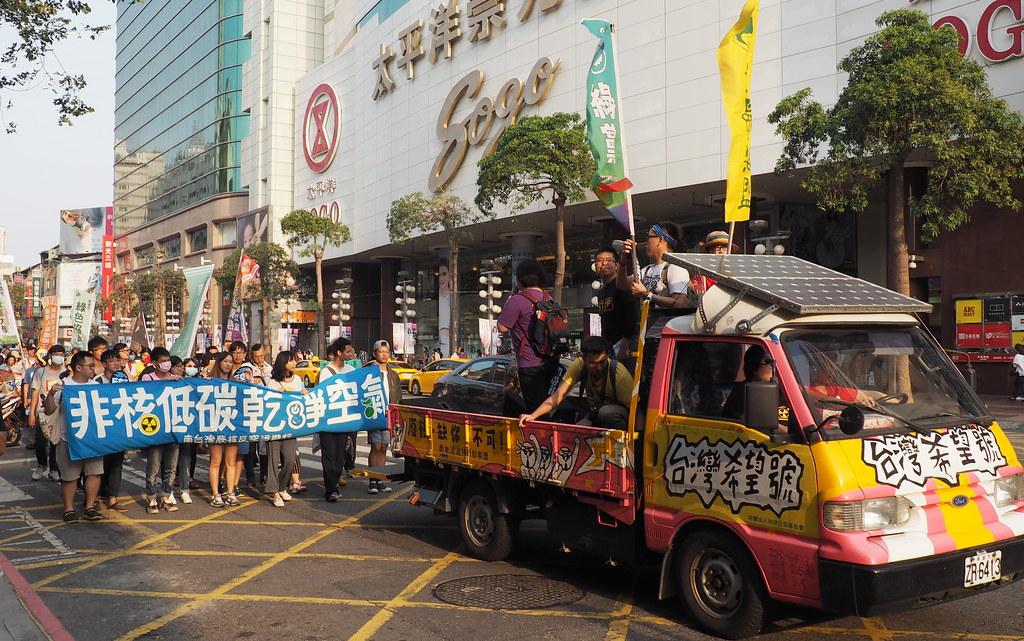 311遊行隊伍走過高雄三多商圈,訴求民眾參與節能減碳、能源轉型。攝影:李育琴。