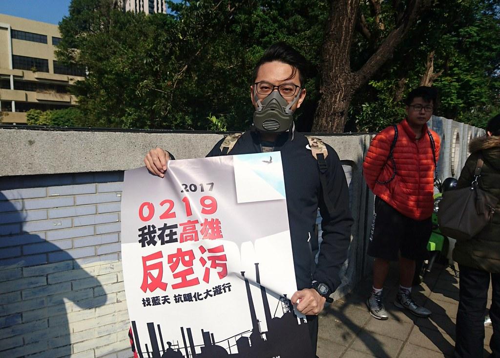 時代力量志工戴防毒防塵口罩出席反空污記者會,稱「沒有人可以不呼吸。」攝影:李育琴。