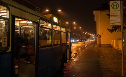 Ein SL200 wartet auf Fahrgäste am MVG Museum