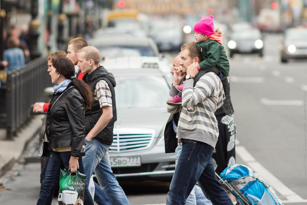 Люди на пешеходном переходе на Невском проспекте в Петербурге