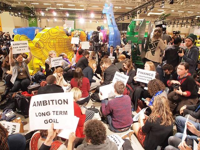 環團在COP21會場的動物館鼓譟抗議弱化的草案。攝影:賴慧玲。