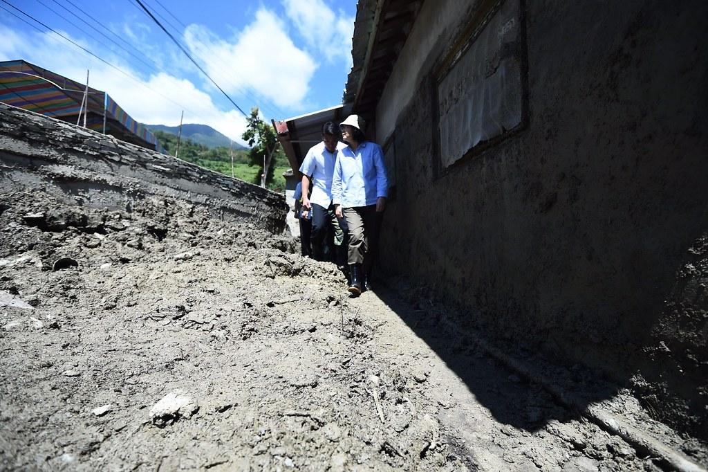 蔡英文勘察紅葉村土石流情形。圖片來源:總統府。(CC BY 2.0)