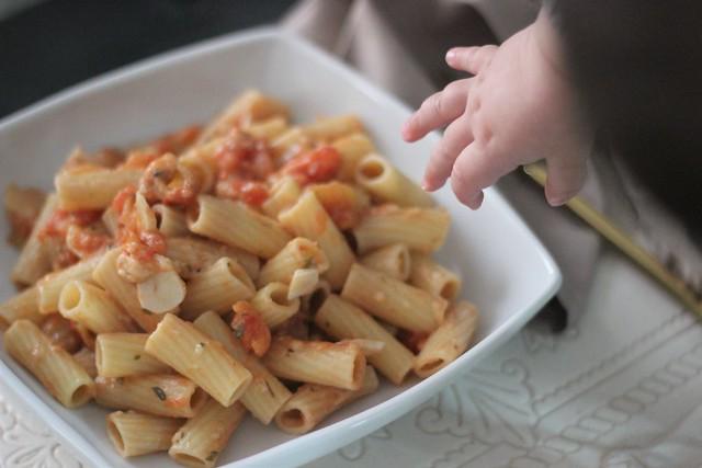Pasta con tomate, ajo y anchoas_ Rojo Valentino Blog (3)