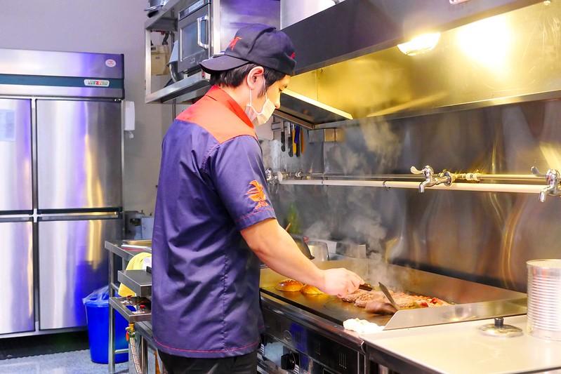 32880511936 8d378d9bd4 c - 【熱血採訪】堡彪專業美式漢堡:看電影也能享受外帶豪邁工業風漢堡!每層6.5盎司三倍純牛肉起司漢堡真材實料好推薦!