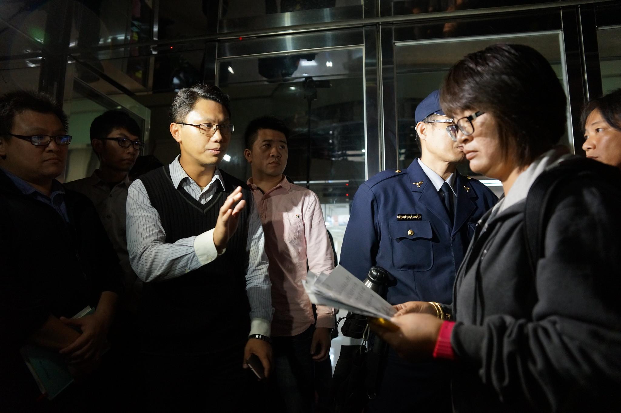 勞動部拒絕握有委託書的自救會代表列席會議。(攝影:王顥中)
