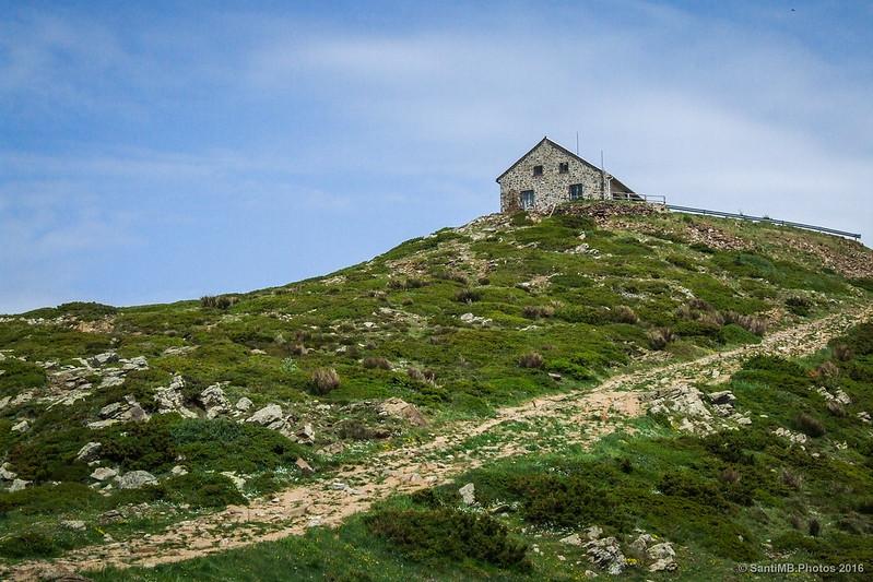 La estación meteorológica del Turó de l'Home desde el cruce del camino de Passavets