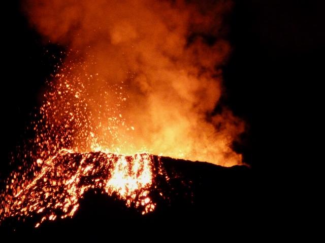 Volcán Piton de la Fournaise en erupción (Isla Reunión)