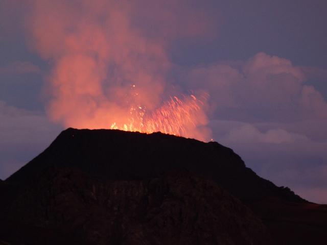 Atardecer frente al volcán Le Piton de la Fournaise (Isla Reunión)