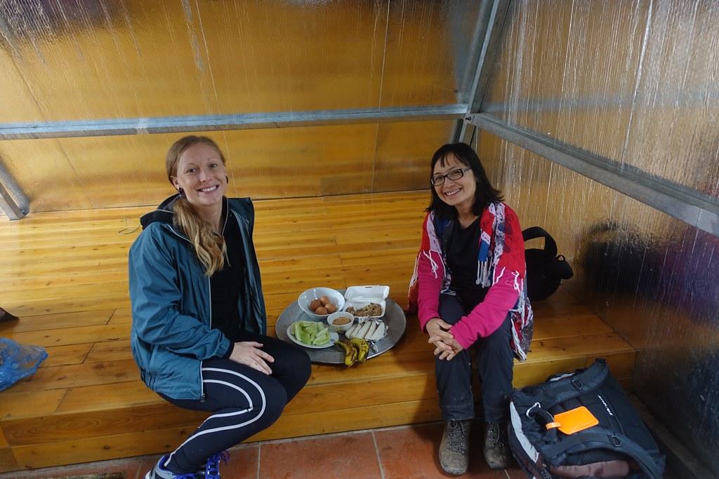 Bữa trưa cho 2 người ở trại 2200m, no ựa mì chưa kịp kết thúc thì được phát thêm 2 gói xôi nữa