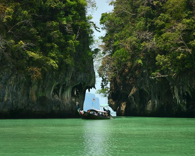 Entrando en la orilla de Koh Hong con un longtail en una excursión por las mejores playas de Tailandia