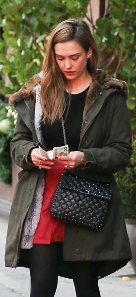 Jessica_Alba_Shops_Beverly_Hills_LZp3Q6Q3A8Dl