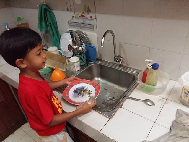 Damar mencuci piring sendiri