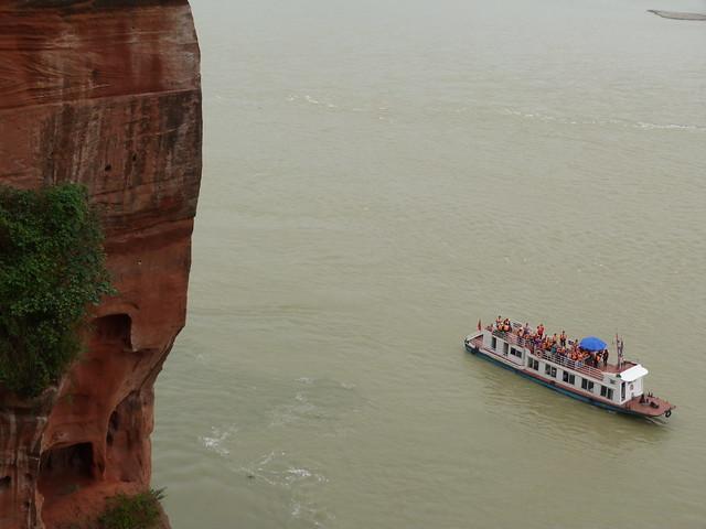 Barco frente al Buda de Leshan (Sichuan, China)