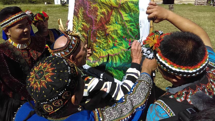 部落最年長的耆老 (95歲) 標示曾經走過的傳統領域並簽名紀念 (攝影:賴慧玲)